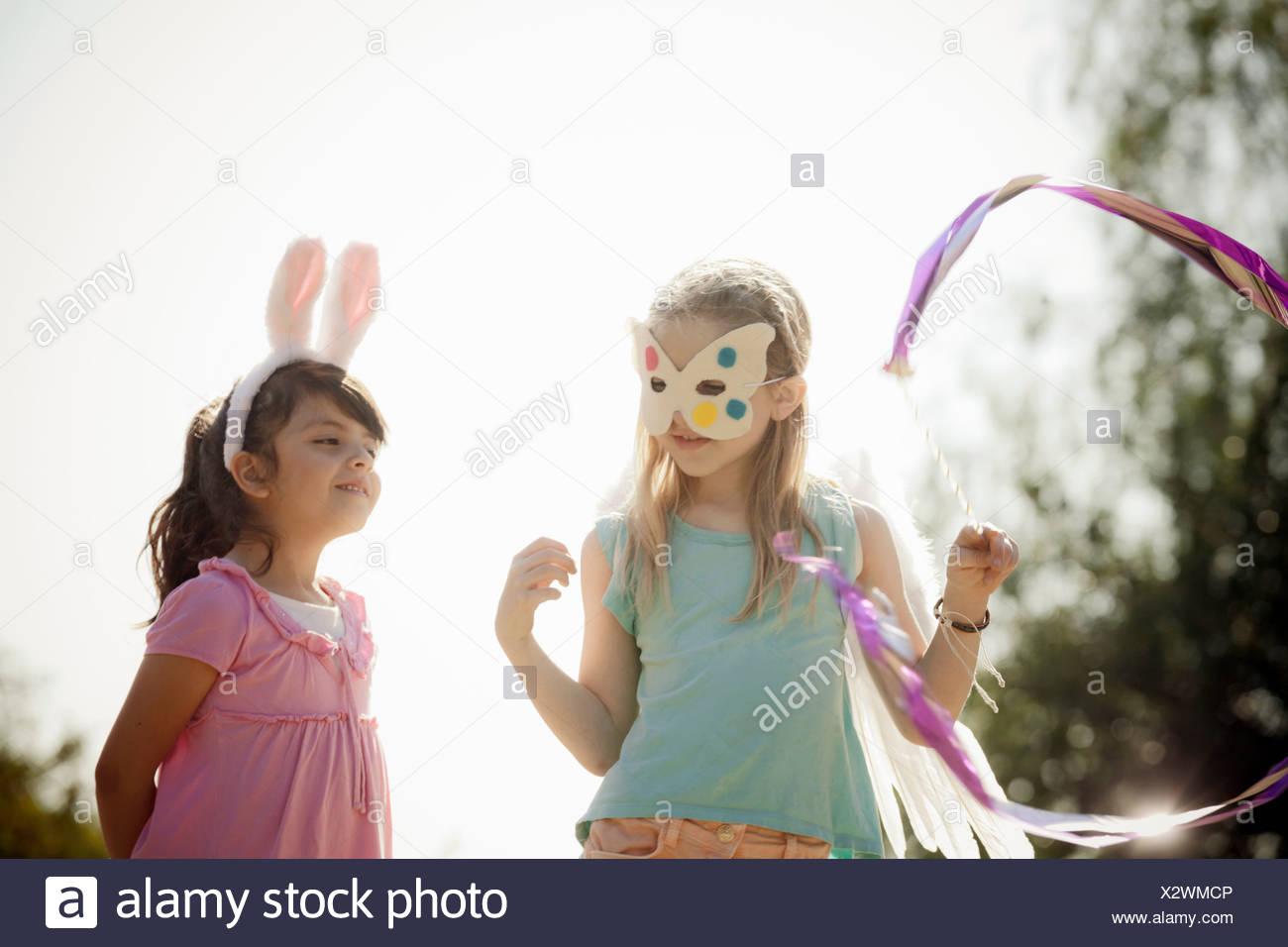 Kinder in Kostümen spielen handeln Stockbild
