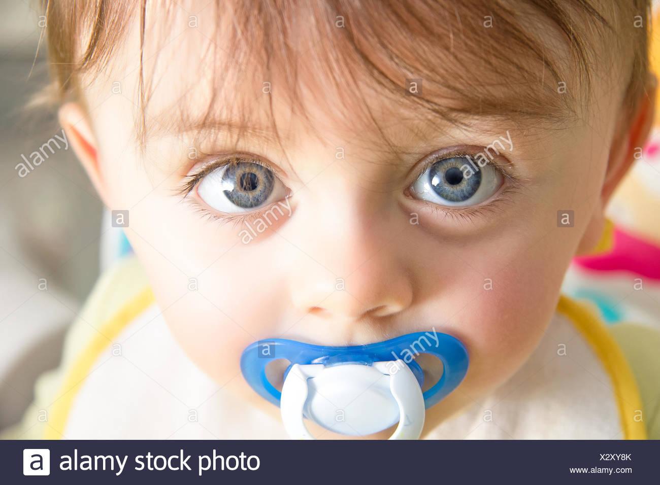 Baby mit Schnuller Stockbild