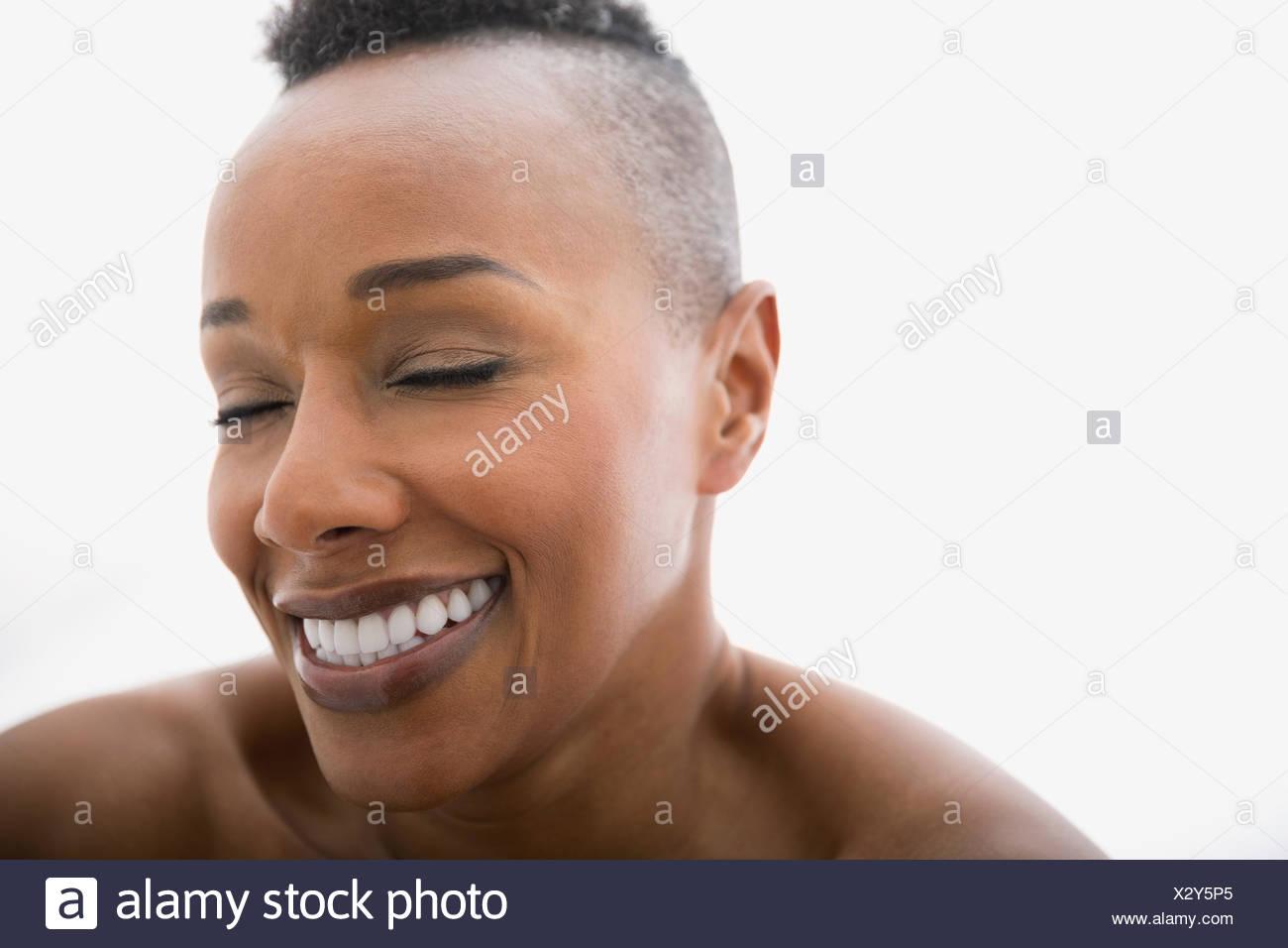 Nahaufnahme von Frau mit geschlossenen Augen lachen Stockbild