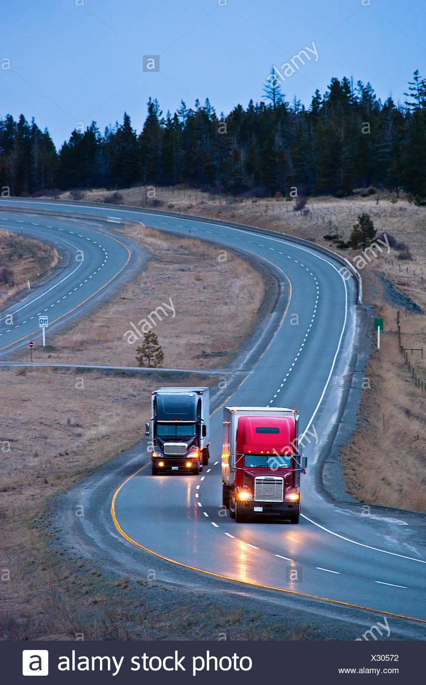 Transport-LKW auf dem Coquihalla Highway. Stockbild