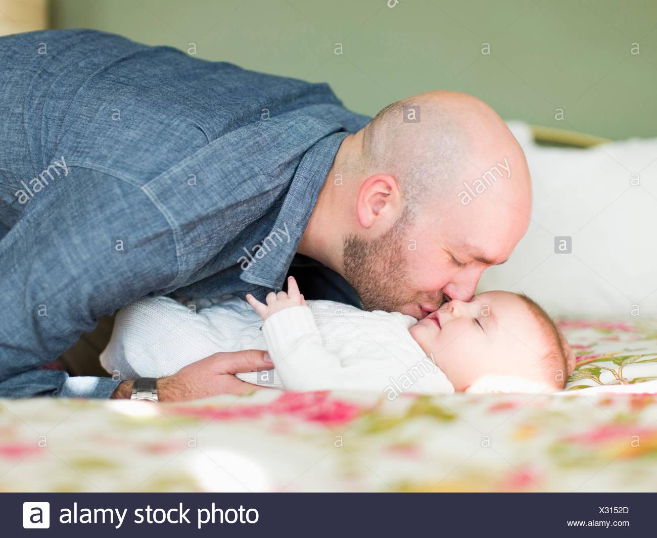 Studioaufnahme der Vater seinen Sohn (2-5 Monate) küssen Stockbild