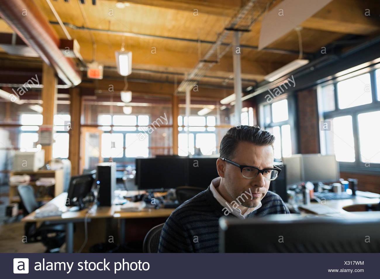Ernst Kaufmann, arbeiten am Computer im Büro Stockbild