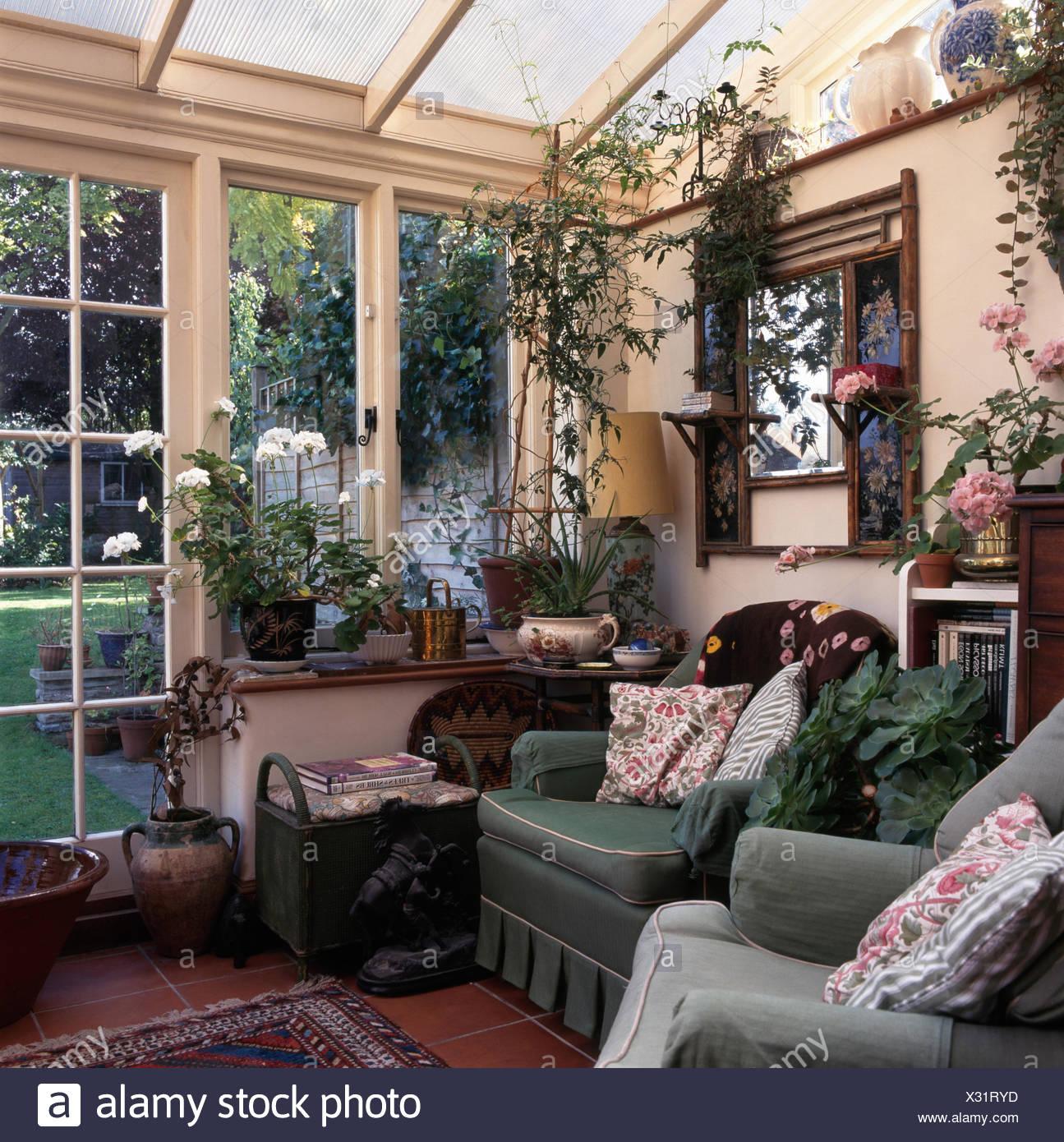 Grüne Sessel im alten altmodischen Wintergarten-Wohnzimmer mit ...