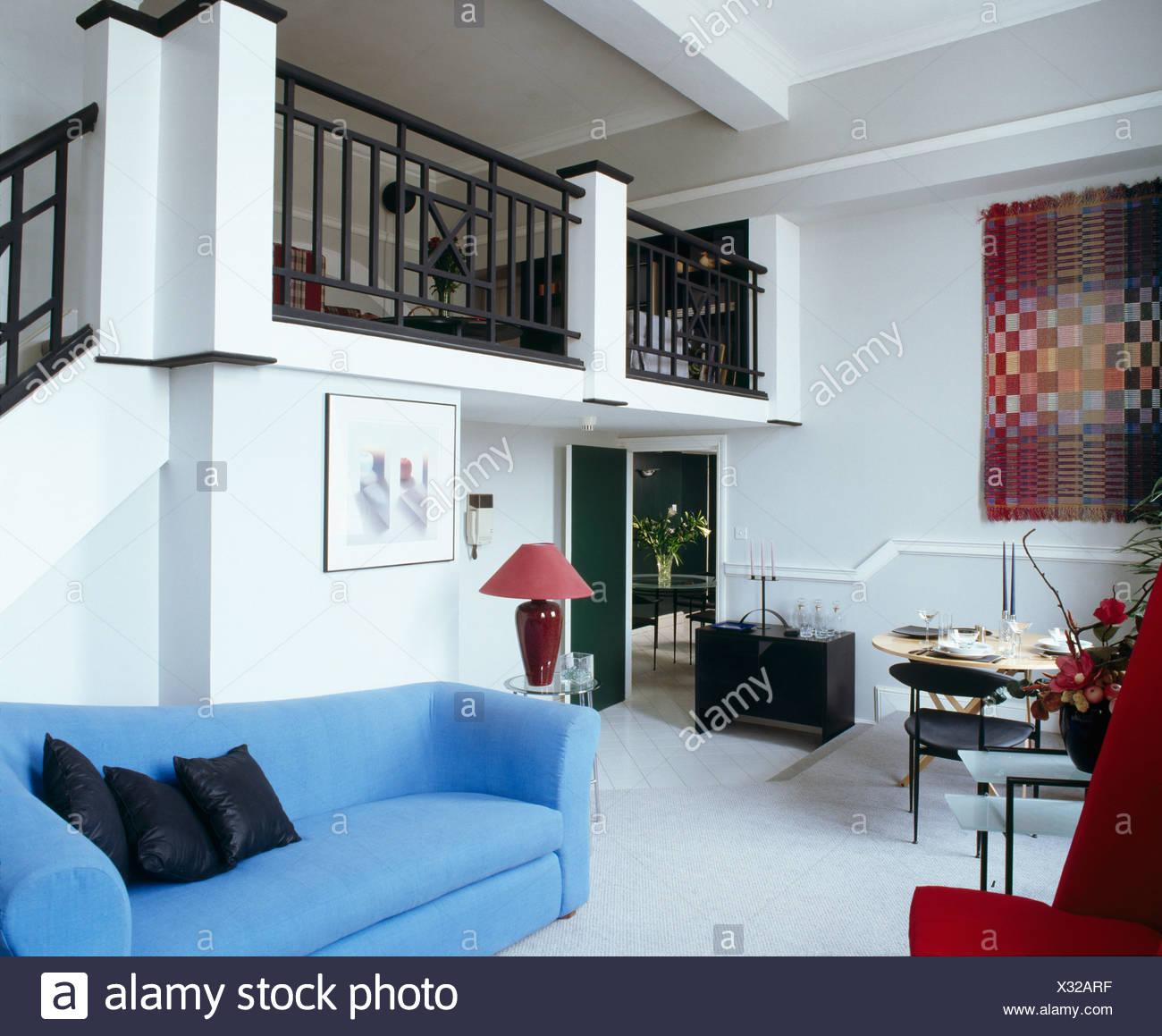 Moderne blaue Sofa im offenen Wohn / Esszimmer mit Mezzanine Galerie ...