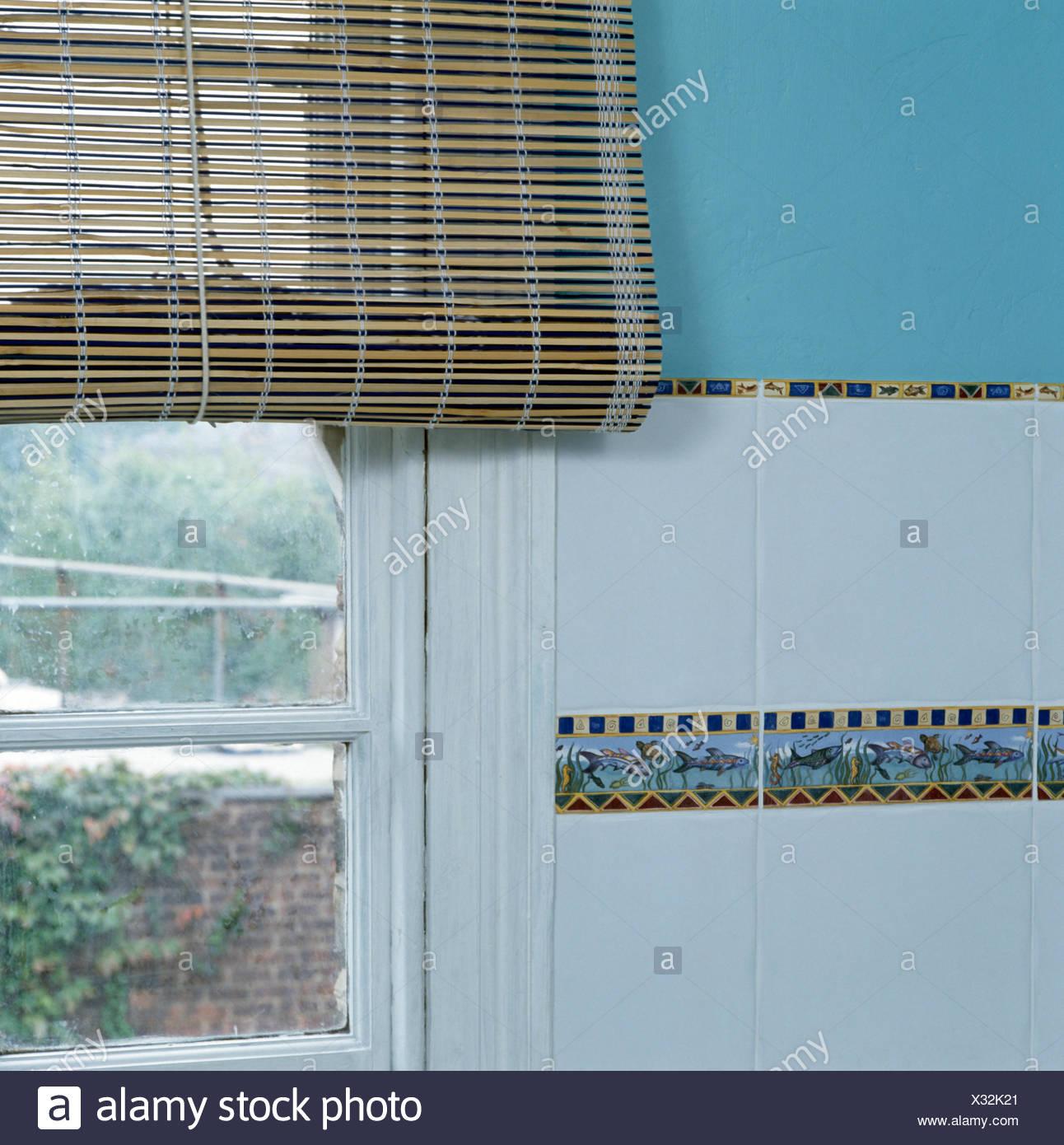 Nahaufnahme einer Split Cane Jalousie am Fenster Stockbild