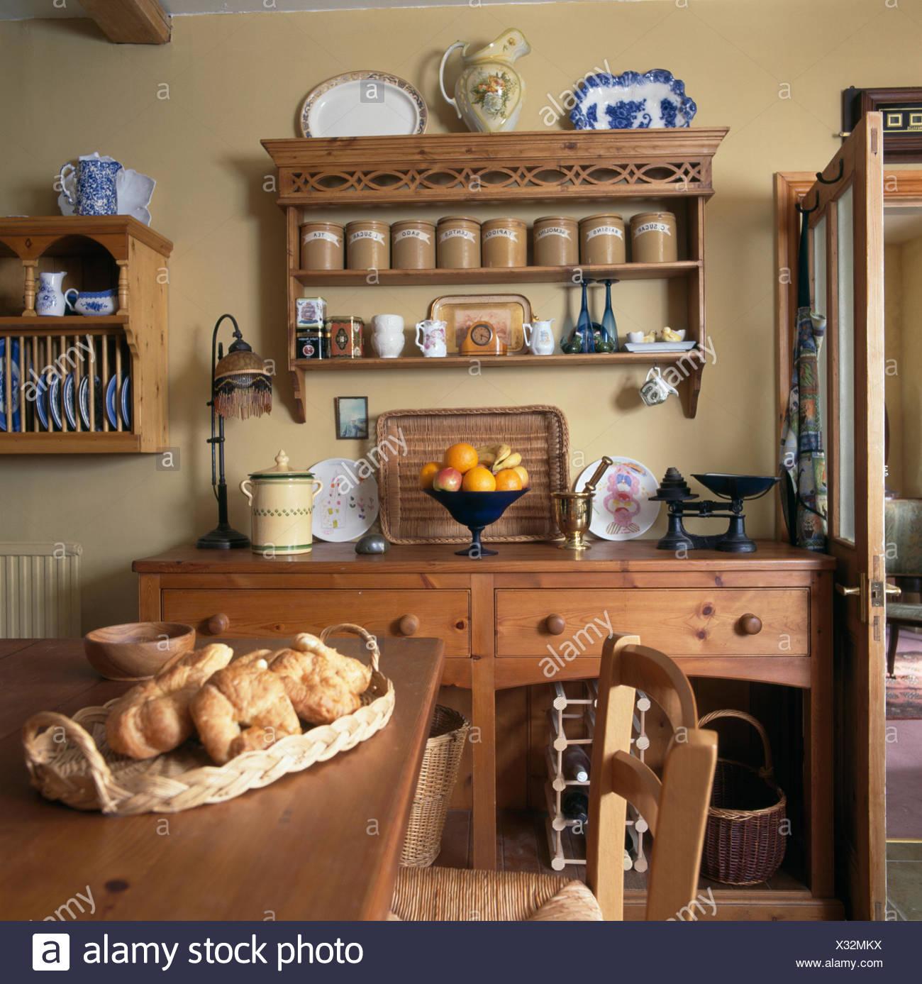 Korb Mit Croissants Auf Tisch In Ein Cottage Kuche Esszimmer Mit