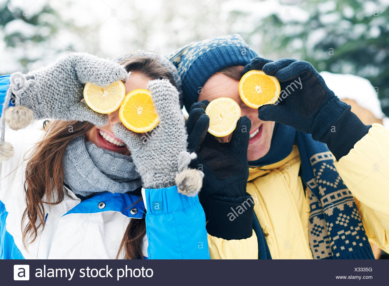 Paar hat Spaß mit natürlichen Vitamine im Winter. Debica, Polen Stockbild