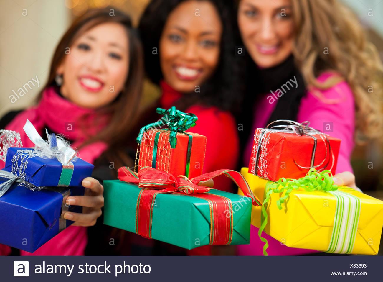 Gruppe von drei Frauen - weiß, schwarz und asiatisch - mit ...