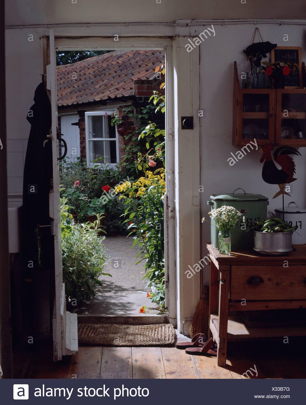 Interiors Kitchens Green Tables Stockfotos & Interiors Kitchens ...