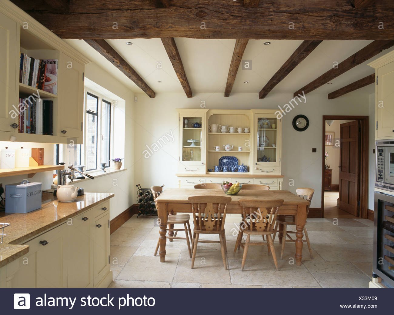 Kalkstein Bodenbelag in Creme Land Küche Esszimmer mit alten Kiefer ...