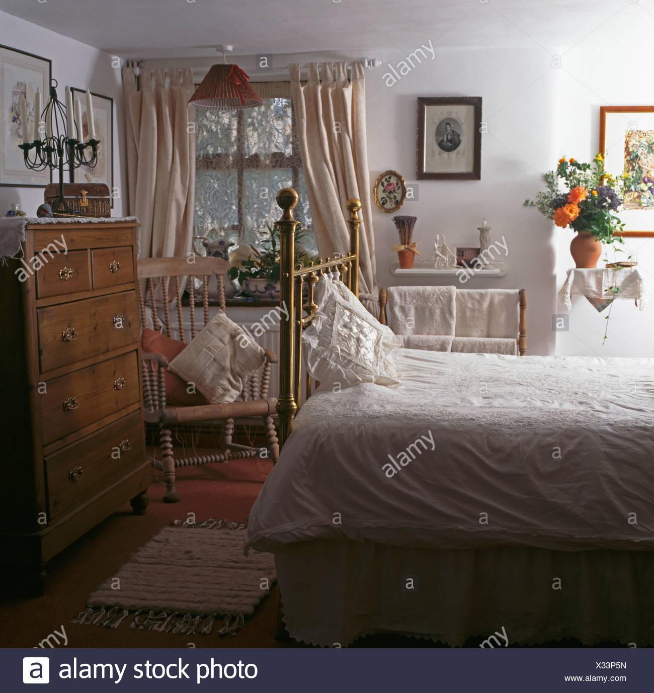 Weißen Bettdecke auf Messing-Bett im Weißen Haus Schlafzimmer mit ...