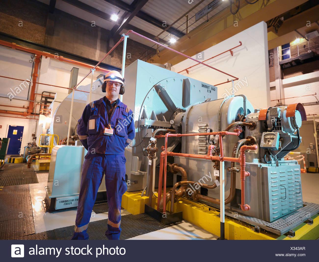 Porträt des Ingenieurs im Generatorraum des Kraftwerks Stockbild