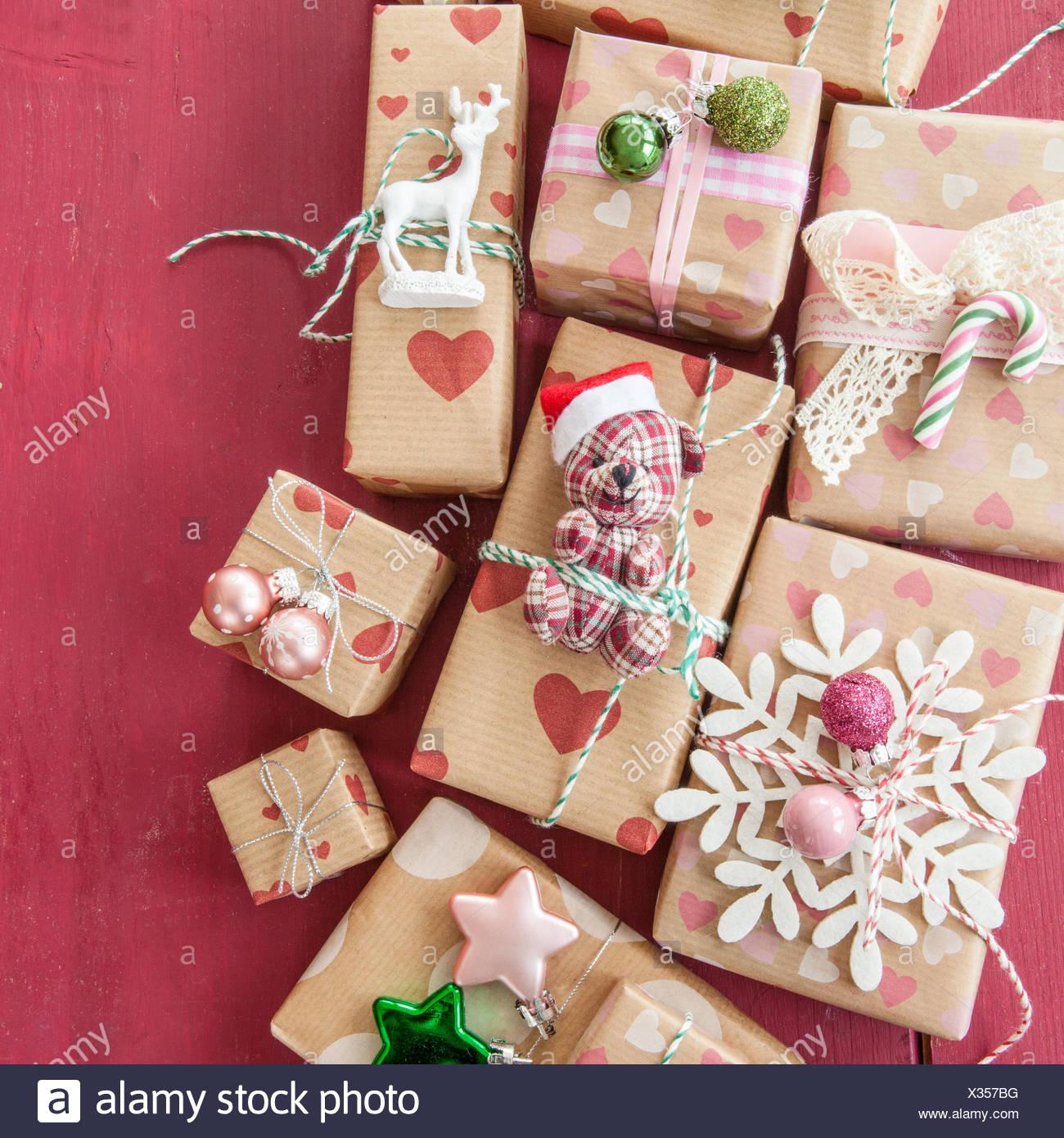 Kleine Geschenke Mit Dekoration Zu Weihnachten Stockfoto Bild