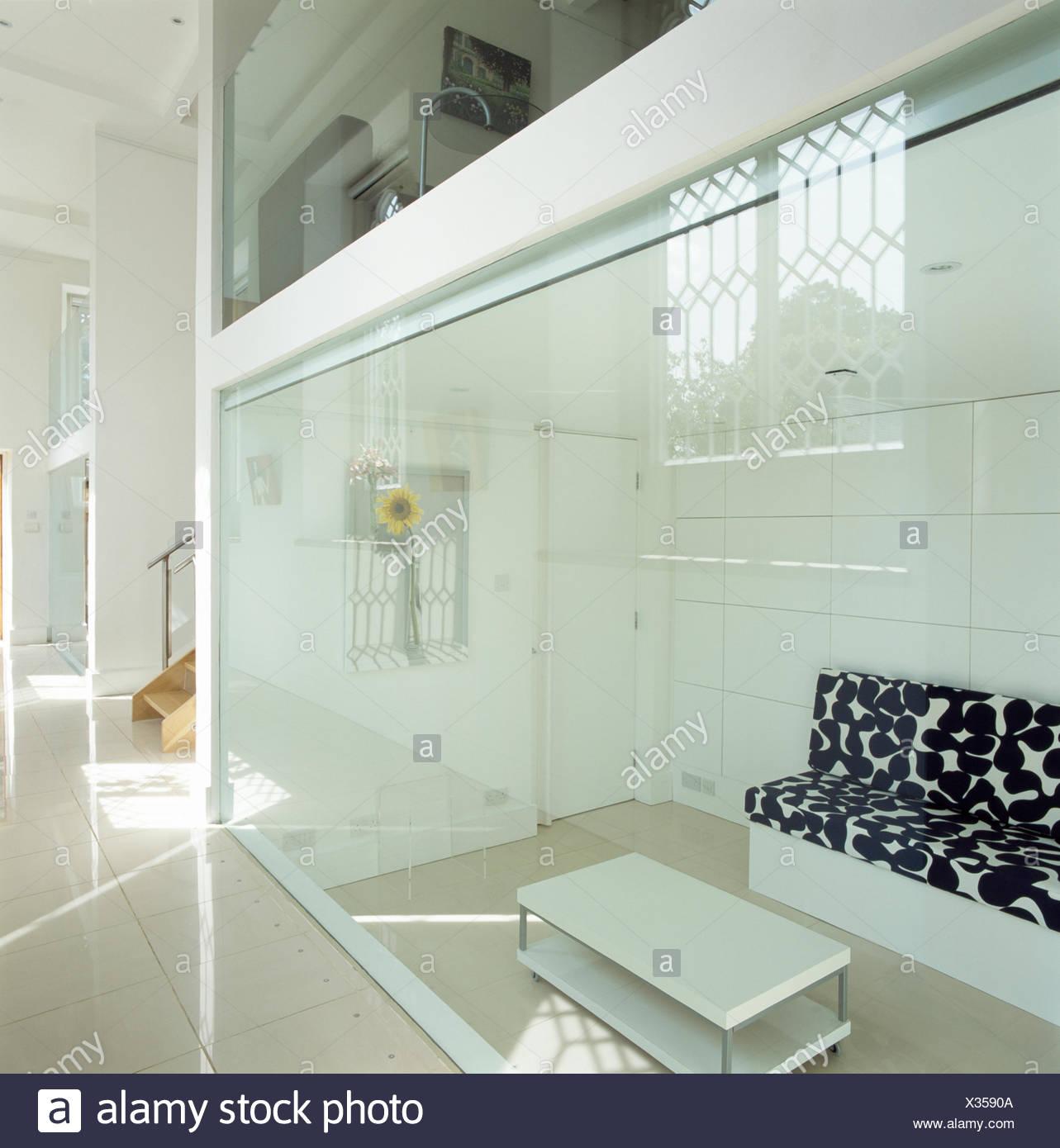 Blick durch die Glaswand des modernen Wohnzimmer Sofas mit ...