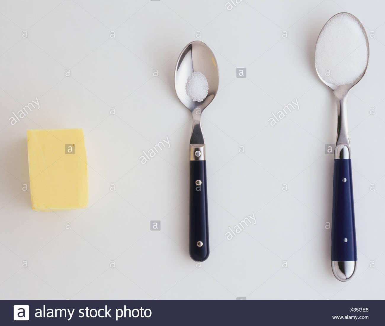 Teelöffel und einem Esslöffel Zucker Stockbild
