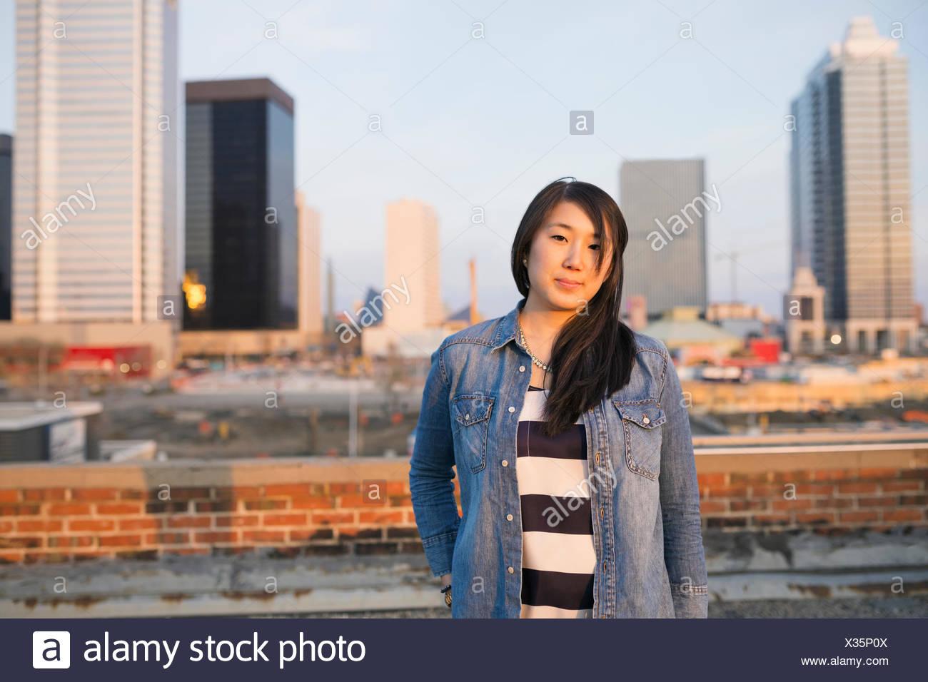 Porträt der Frau auf städtischen Dach Stockbild