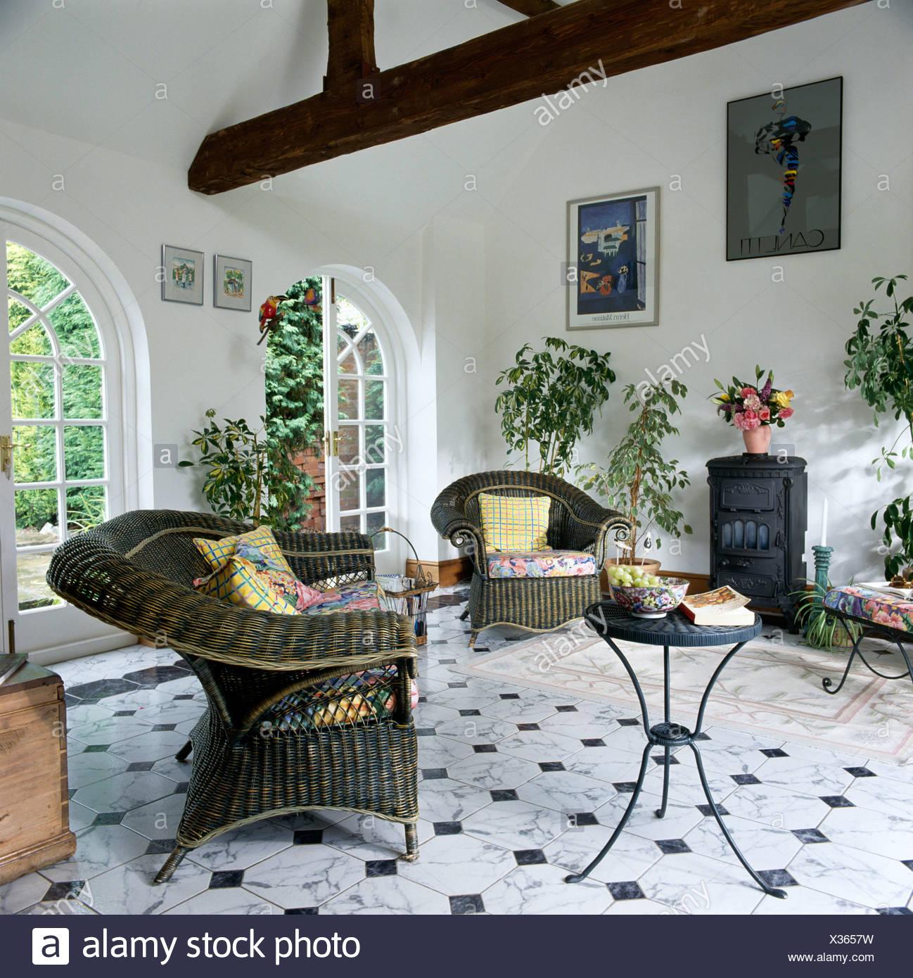 Graue Wicker Sessel und Beistelltisch Metall in weiß ...