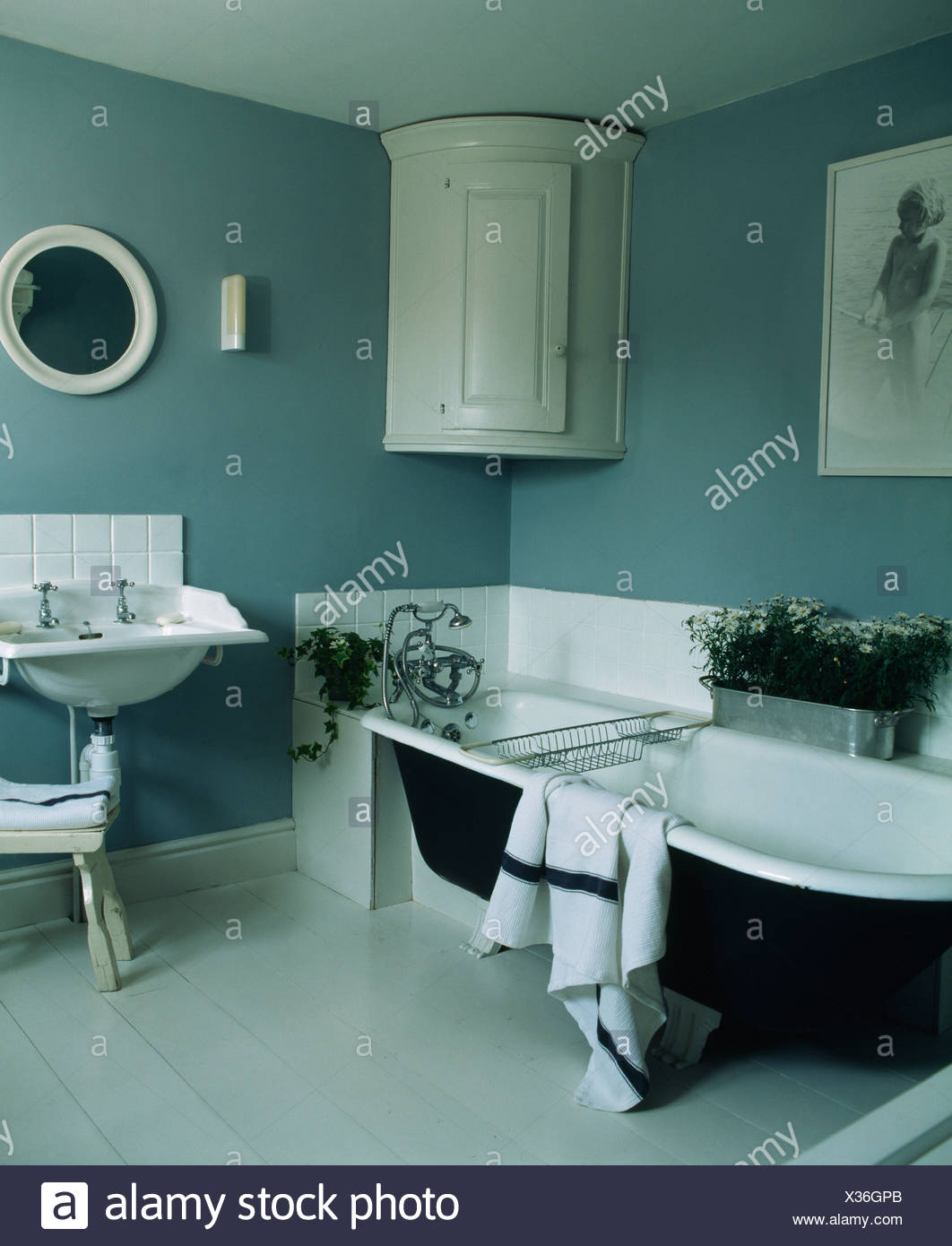 Roll-Top Badewanne in blau-graue Land Badezimmer mit weißen ...