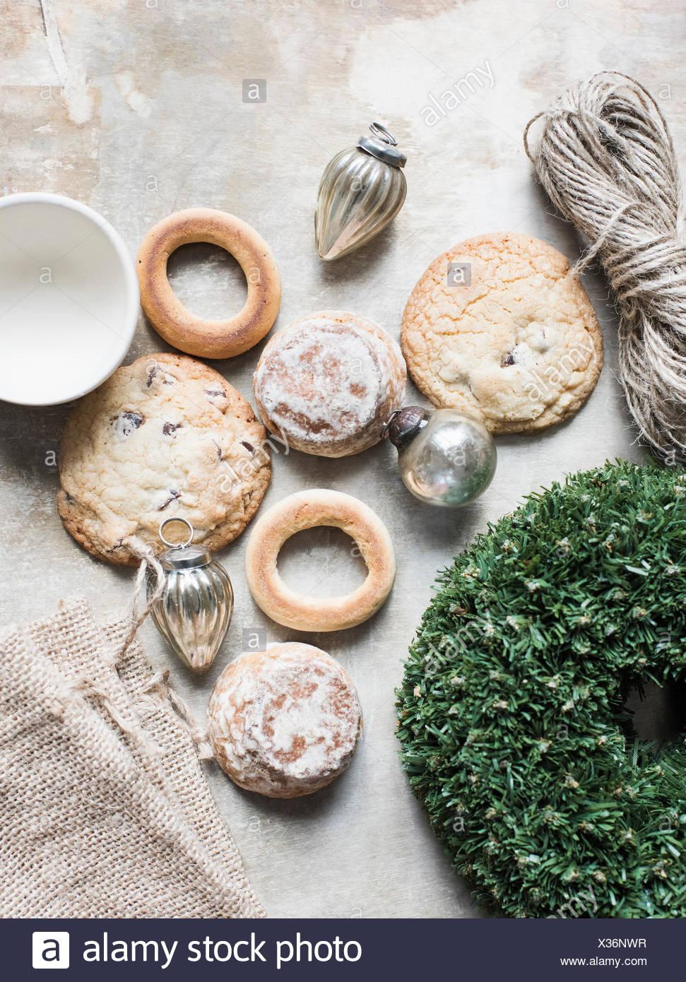 Draufsicht der silberne Weihnachtskugeln und frische Kekse und bagels Stockbild