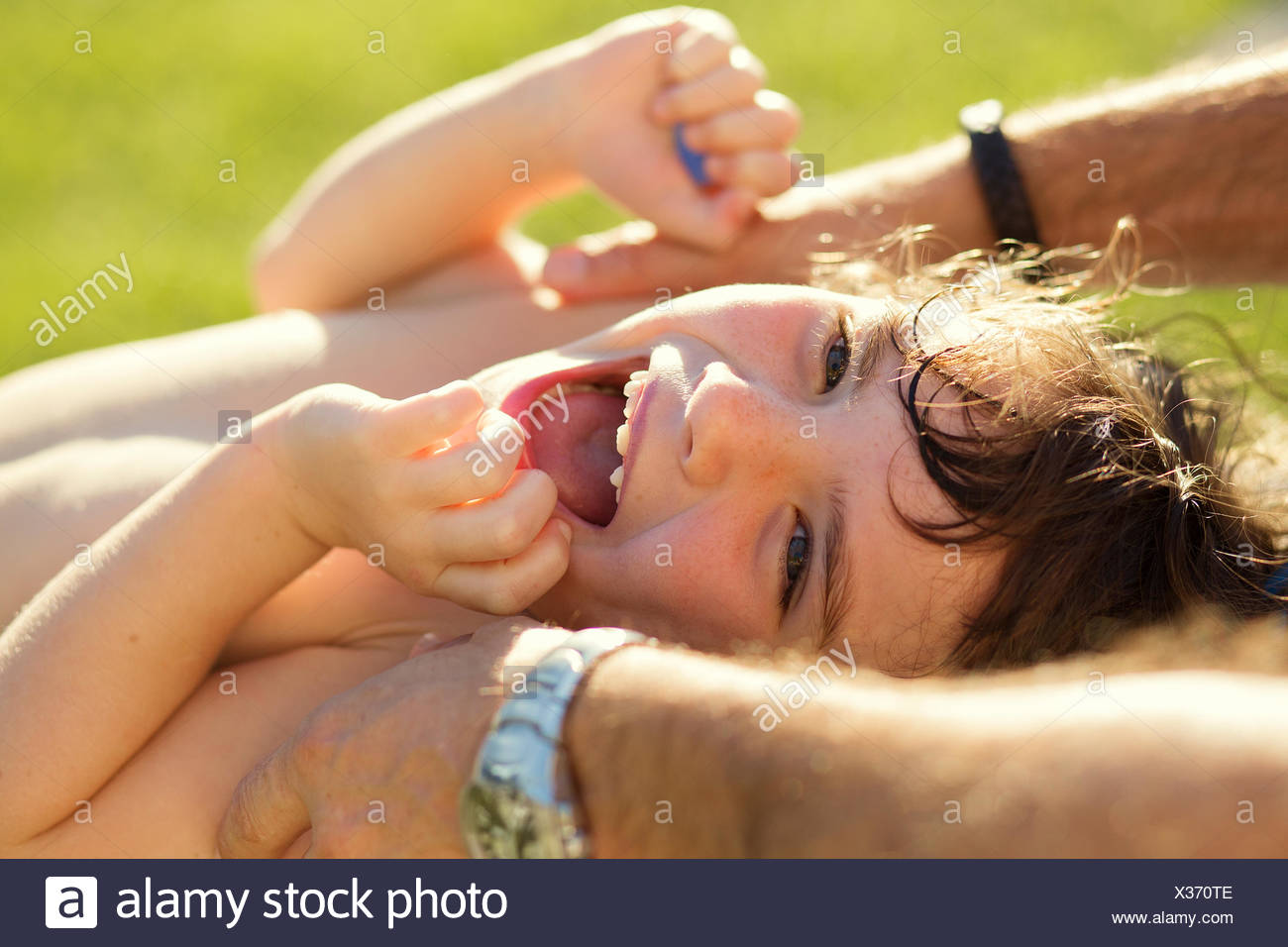 Mädchen werden gekitzelt und lachen Stockbild
