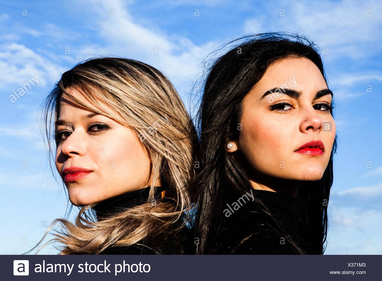 Porträt zweier junger Frauen, die auf der ernsthaften Suche Stockfoto