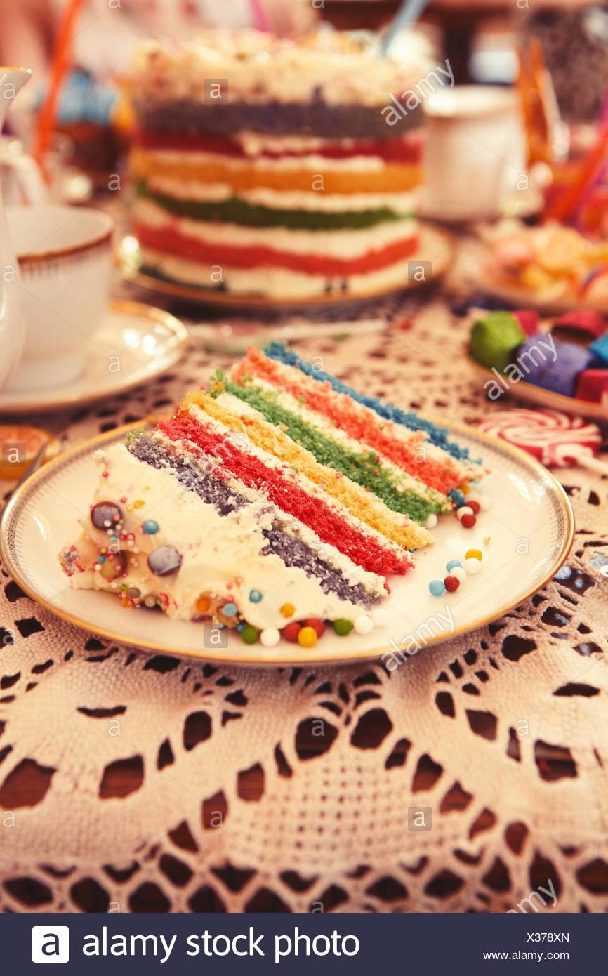 Regenbogen Schicht Kuchen Auf Einem Kinder Party Tisch Mit