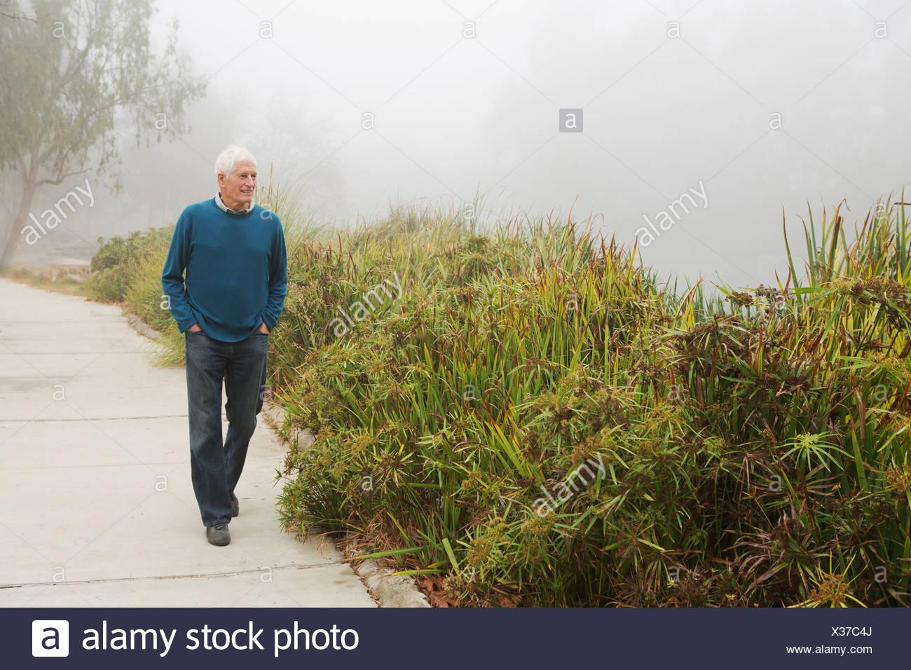Senior woman Spaziergang im park Stockbild