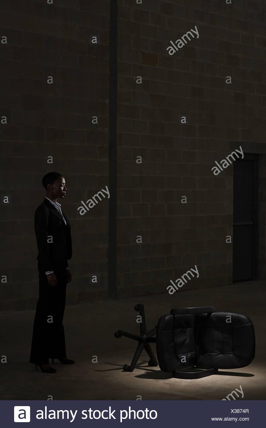 Geschäftsfrau und gefallenen Stuhl Stockbild