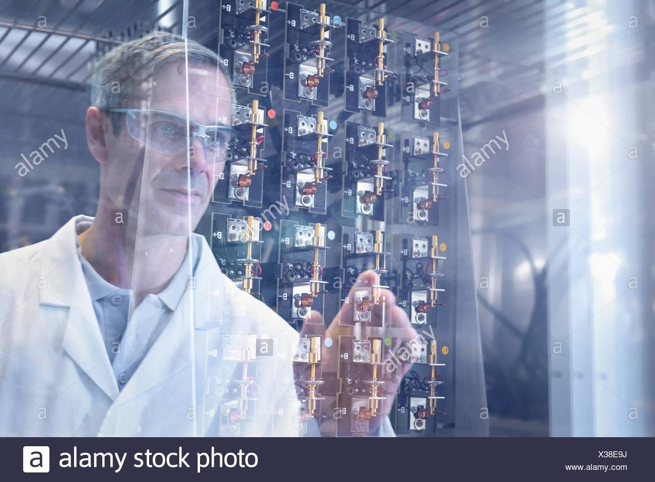 Wissenschaftler, die Prüfung Test-Lithium-Ionen-Batterien in Wärmekammer in Batterie-Forschungseinrichtung Stockbild