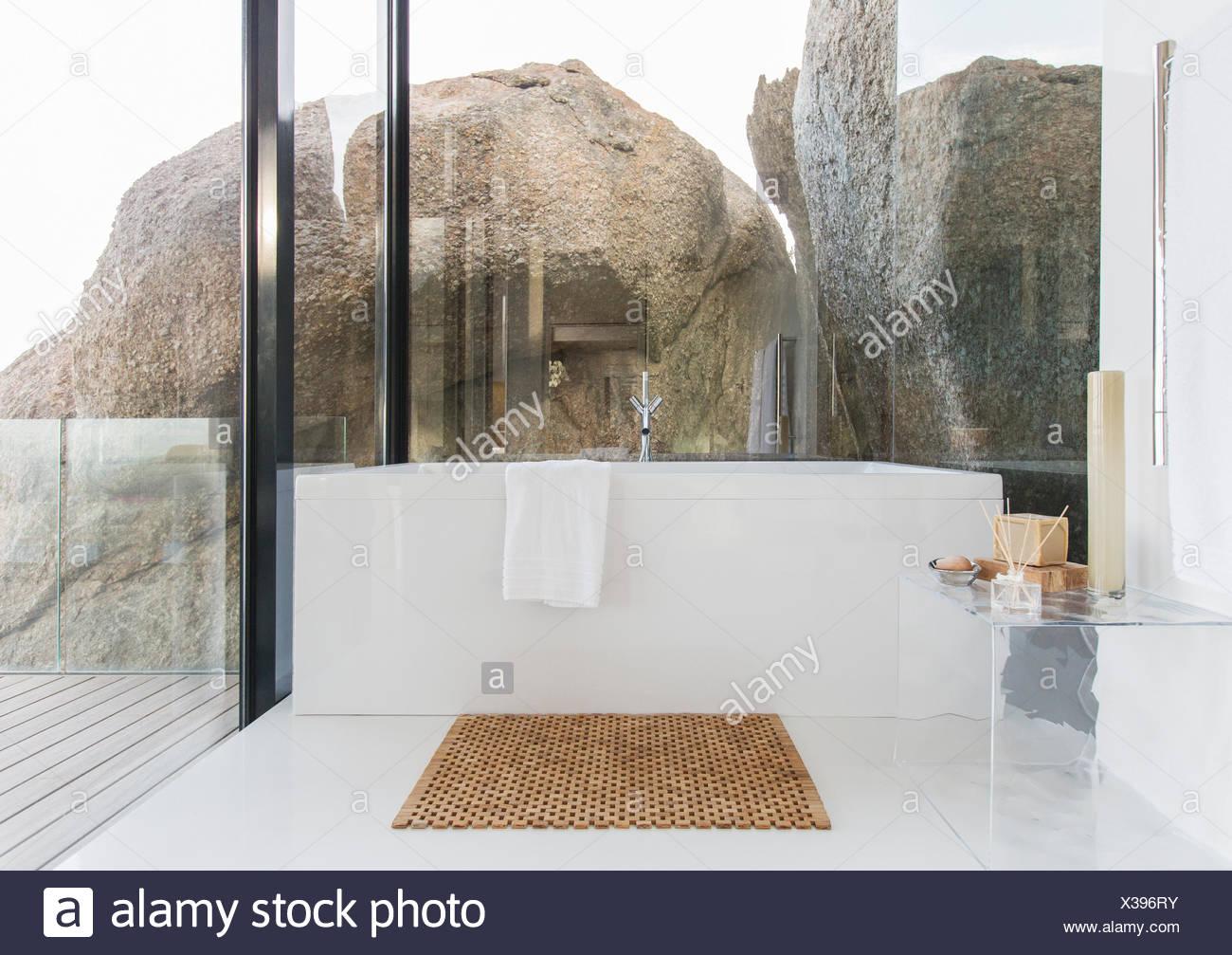 Wände Im Badezimmer, badewanne und glas wände im badezimmer stockfoto, bild: 277412799, Design ideen