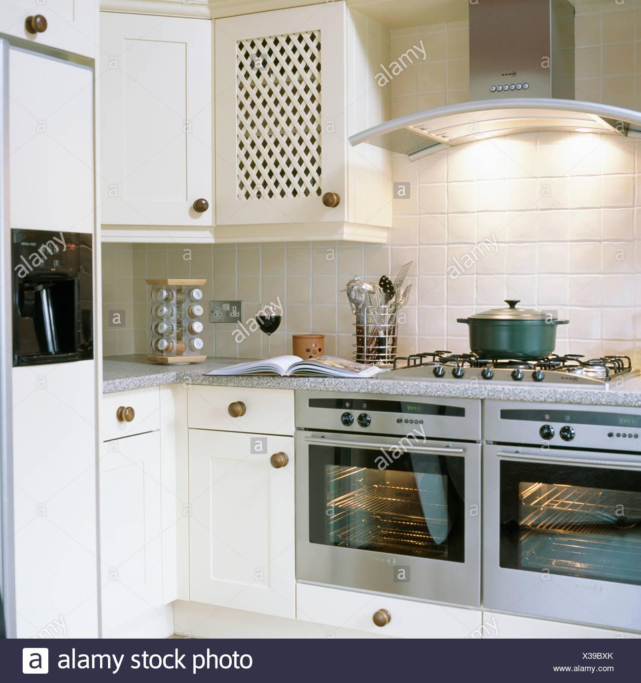 Küche Mit Amerikanischem Kühlschrank beleuchtete chrome extraktor über edelstahl doppel öfen in weiße
