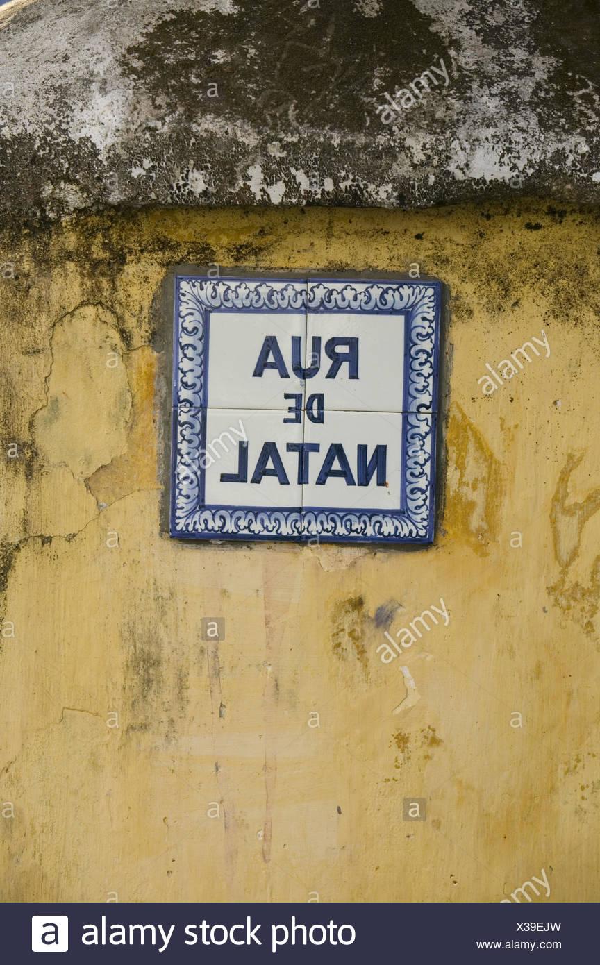 Indien, Goa, Panaji, Rua de Natal, Straßenschild, Bahngesellschaft, Haus, Fassade, Fachzeitung, Schild, Fliesen, Kacheln, Azulejos, Straßenname, Kettler, Detail, Stockbild
