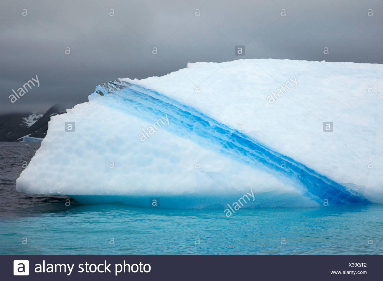 Eisberg mit Blue Streak, Grönland, Ammassalik, Ostgrönland, Kuummiit Stockfoto