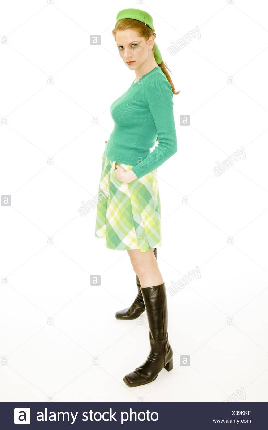 junge frau im gr nen 60er jahre style outfit mit schwarzen stiefeln model release stockfoto. Black Bedroom Furniture Sets. Home Design Ideas