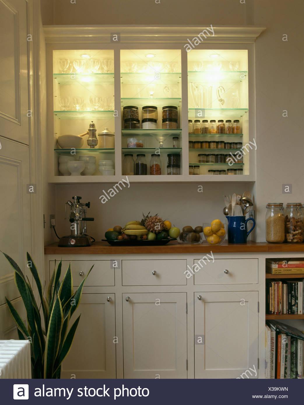 Küchenschrank mit Downlight auf Glas Regal mit Glastüren Stockfoto ...