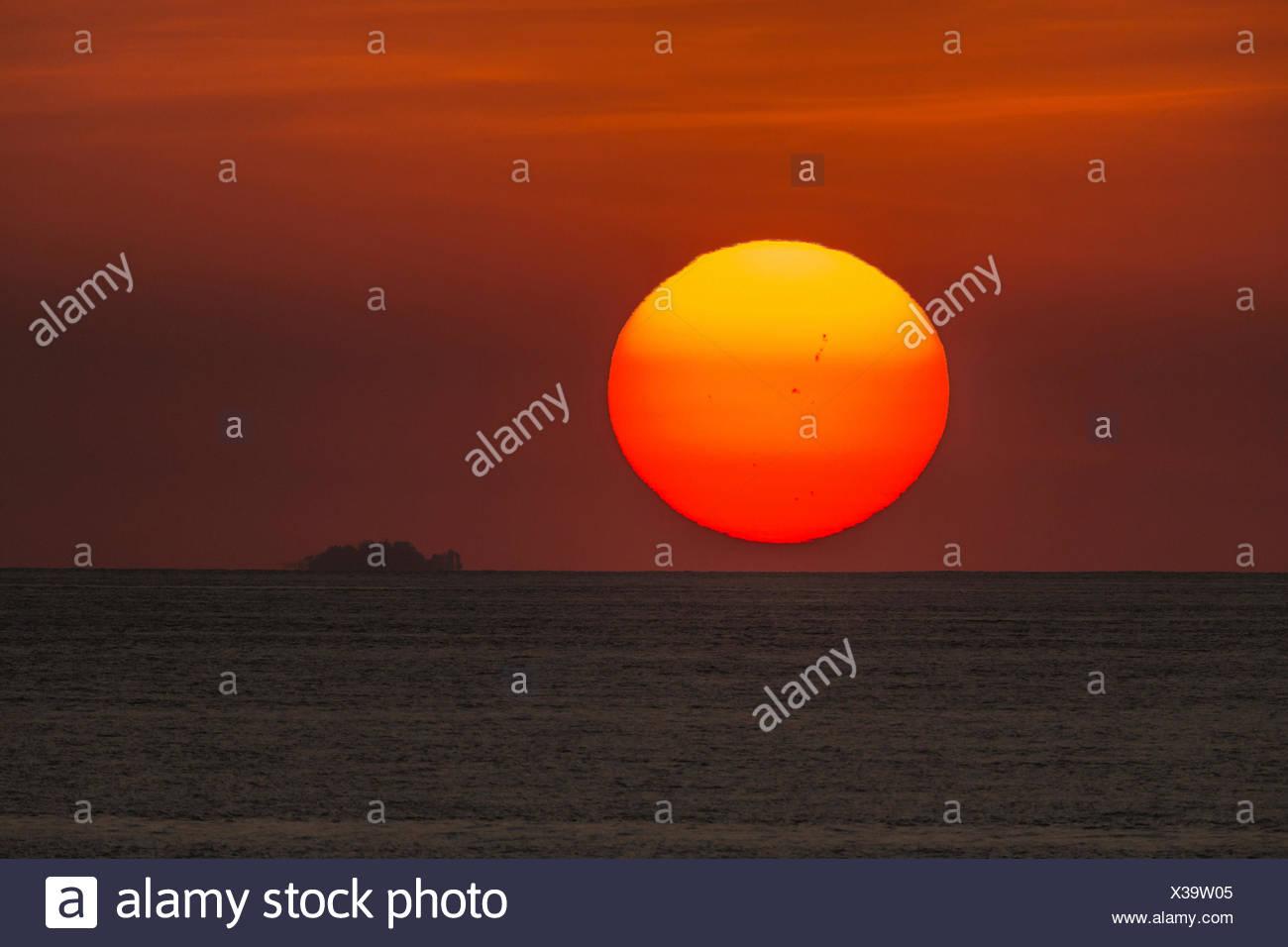 Sonne mit Sonnenflecken einstellen über den Pazifischen Ozean, Costa Rica, Pazifikkueste Stockbild
