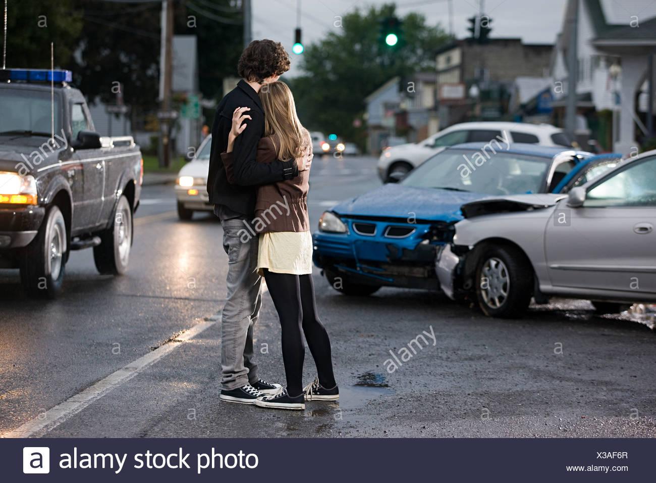 Junges Paar abgestürzte Autos betrachten Stockbild