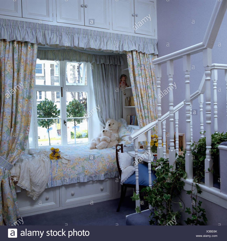 Lagerung Schränke oben und unten Bett im Kinderzimmer mit ...
