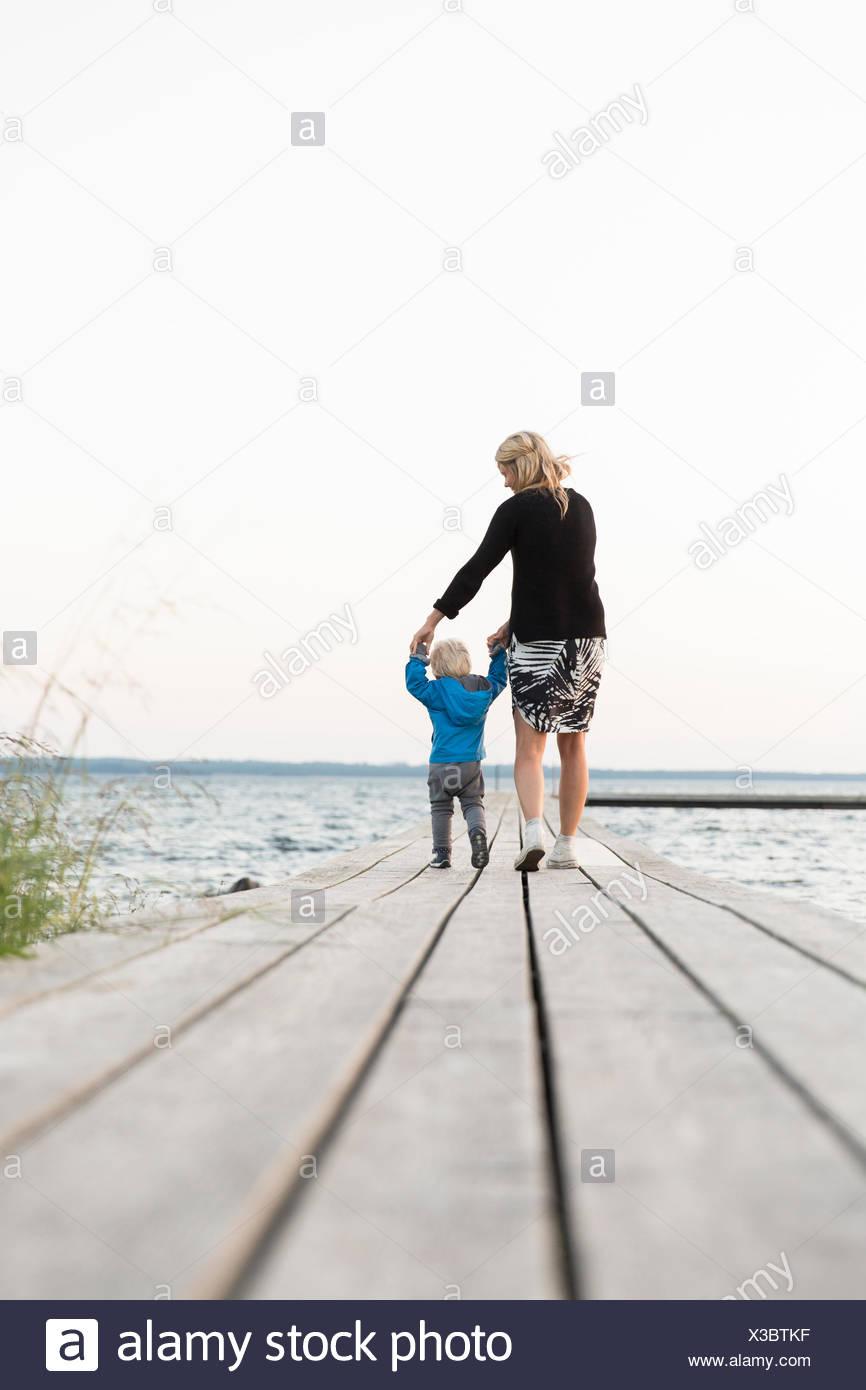 Schweden, Gotland, Farosund, Mutter mit Sohn (12-17 Monate) am Steg Stockbild