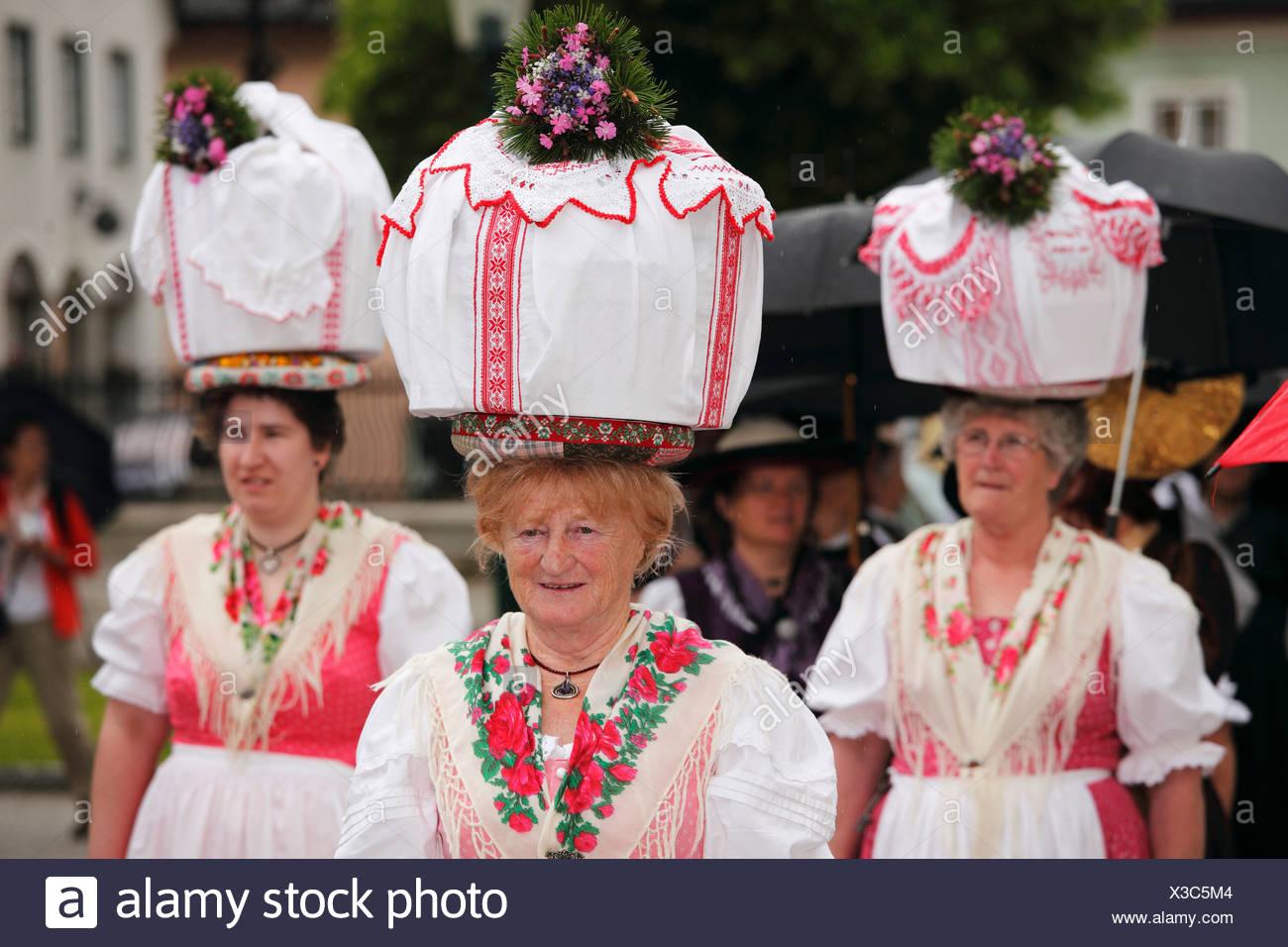Frauen in traditioneller Tracht von Gosau in Oberösterreich, Narzissenfest Narcissus-Festival in Bad Aussee, Ausseer Land, Salzkam Stockbild