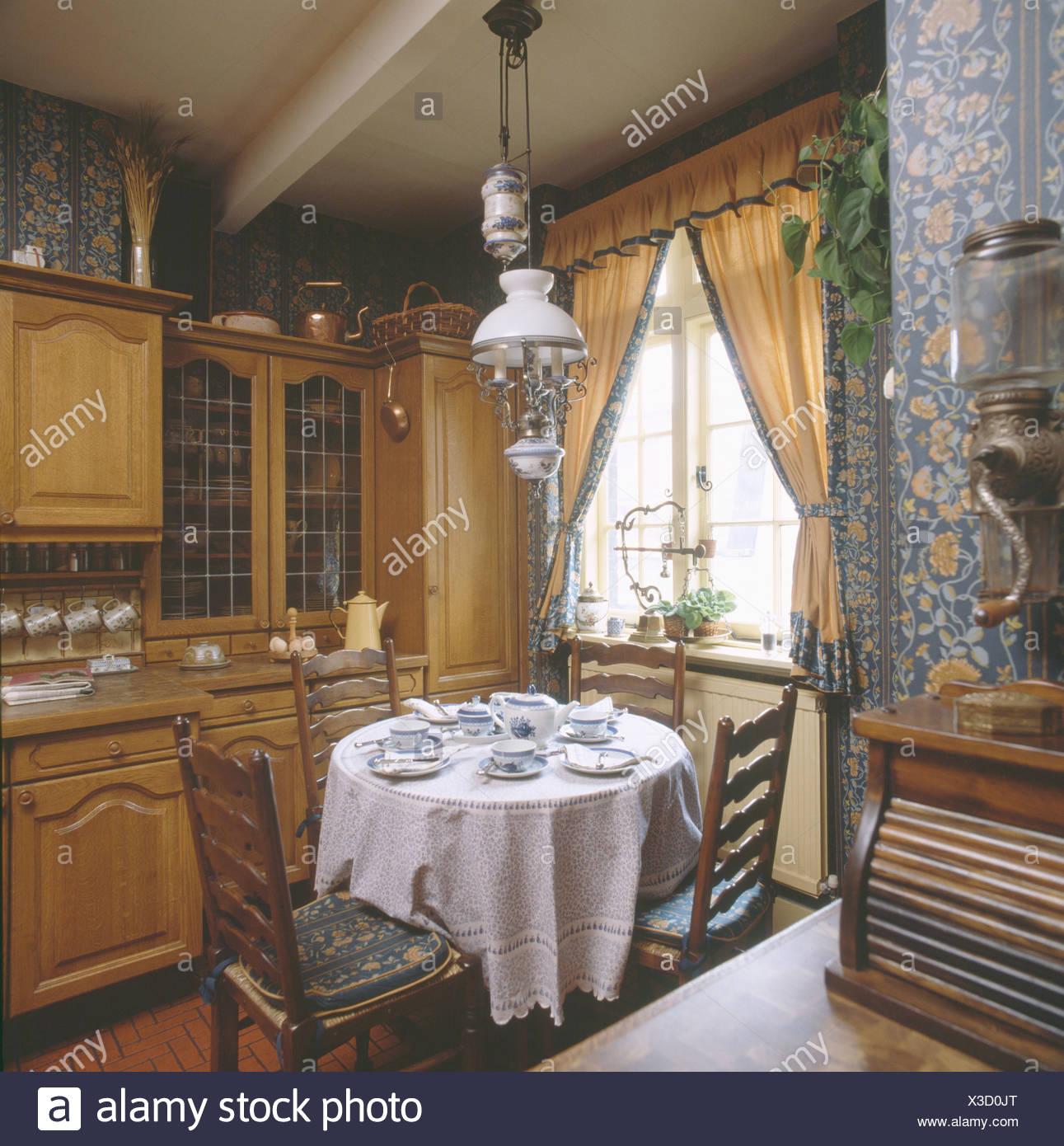 Weisse Spitze Tuch Am Runden Tisch Im Speisesaal Der Traditionellen