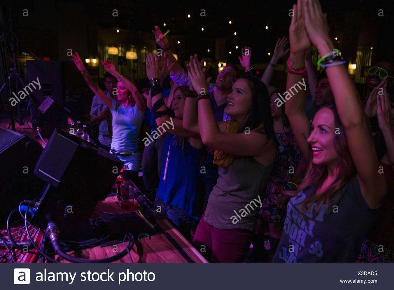 Menge jubeln bei Musikkonzert Stockbild