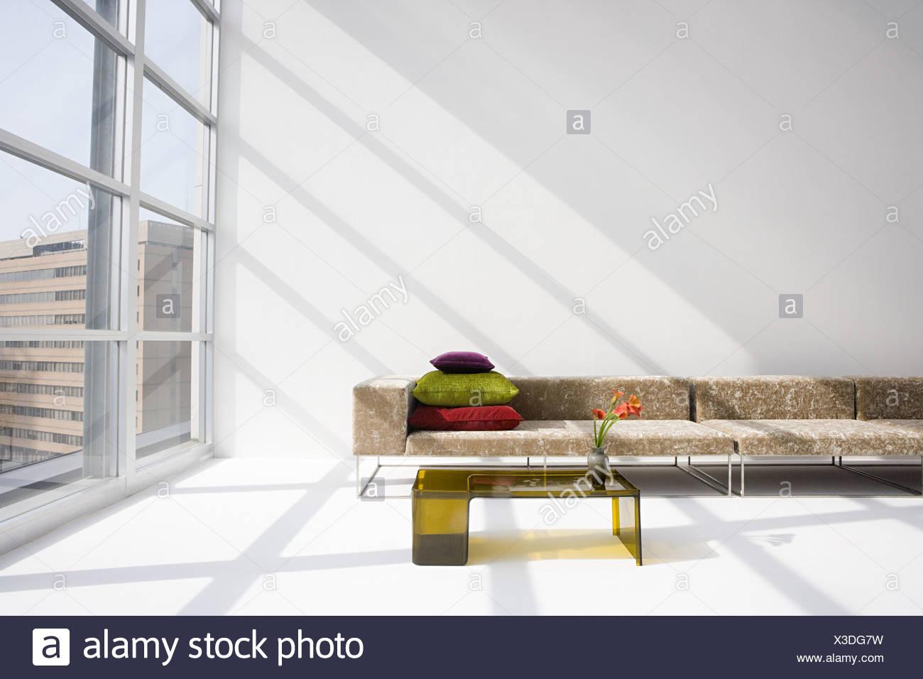 Sofa in einem modernen Wohnzimmer Stockbild