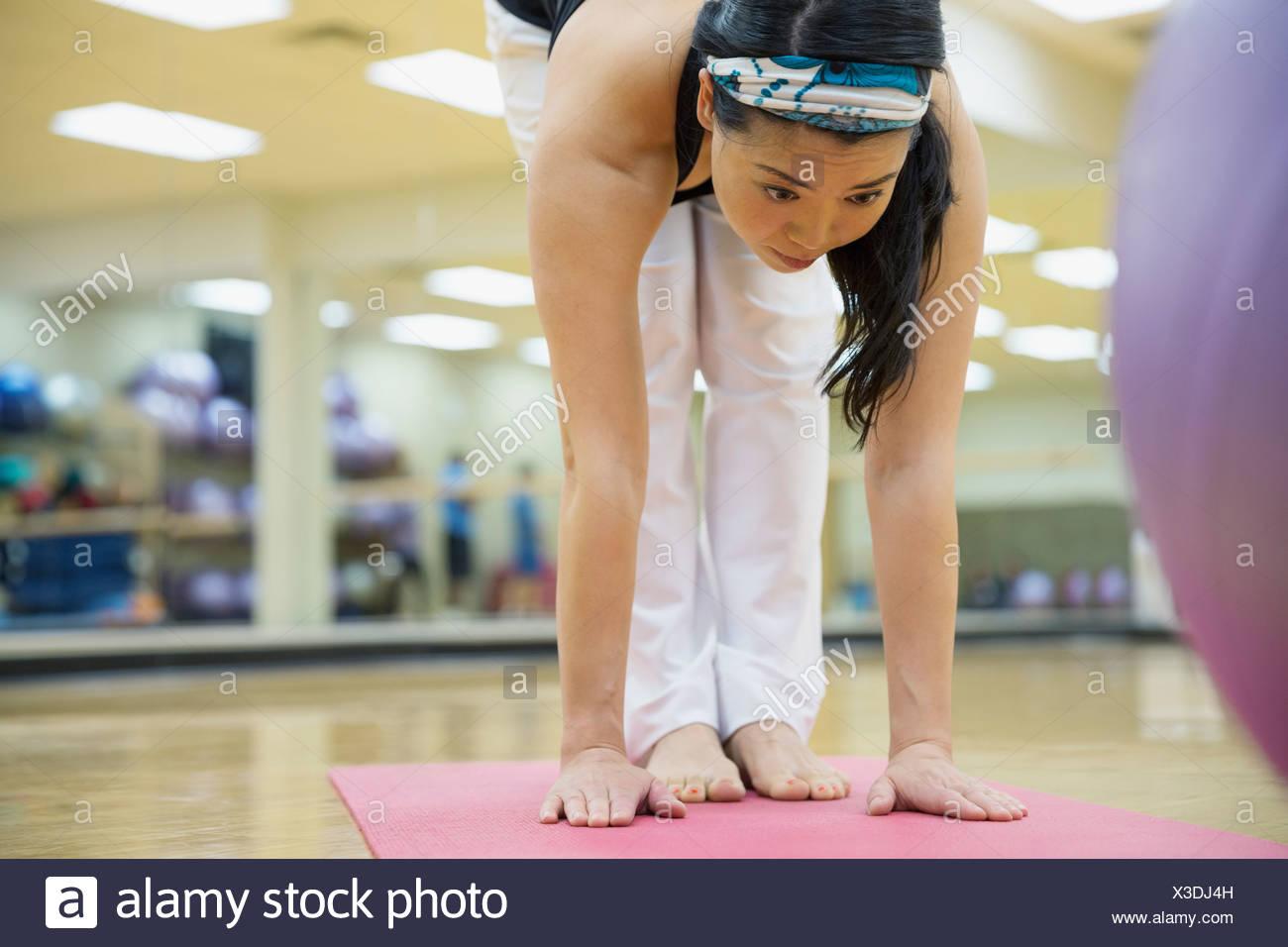Frau praktizieren Yoga im Fitness-Studio Stockbild