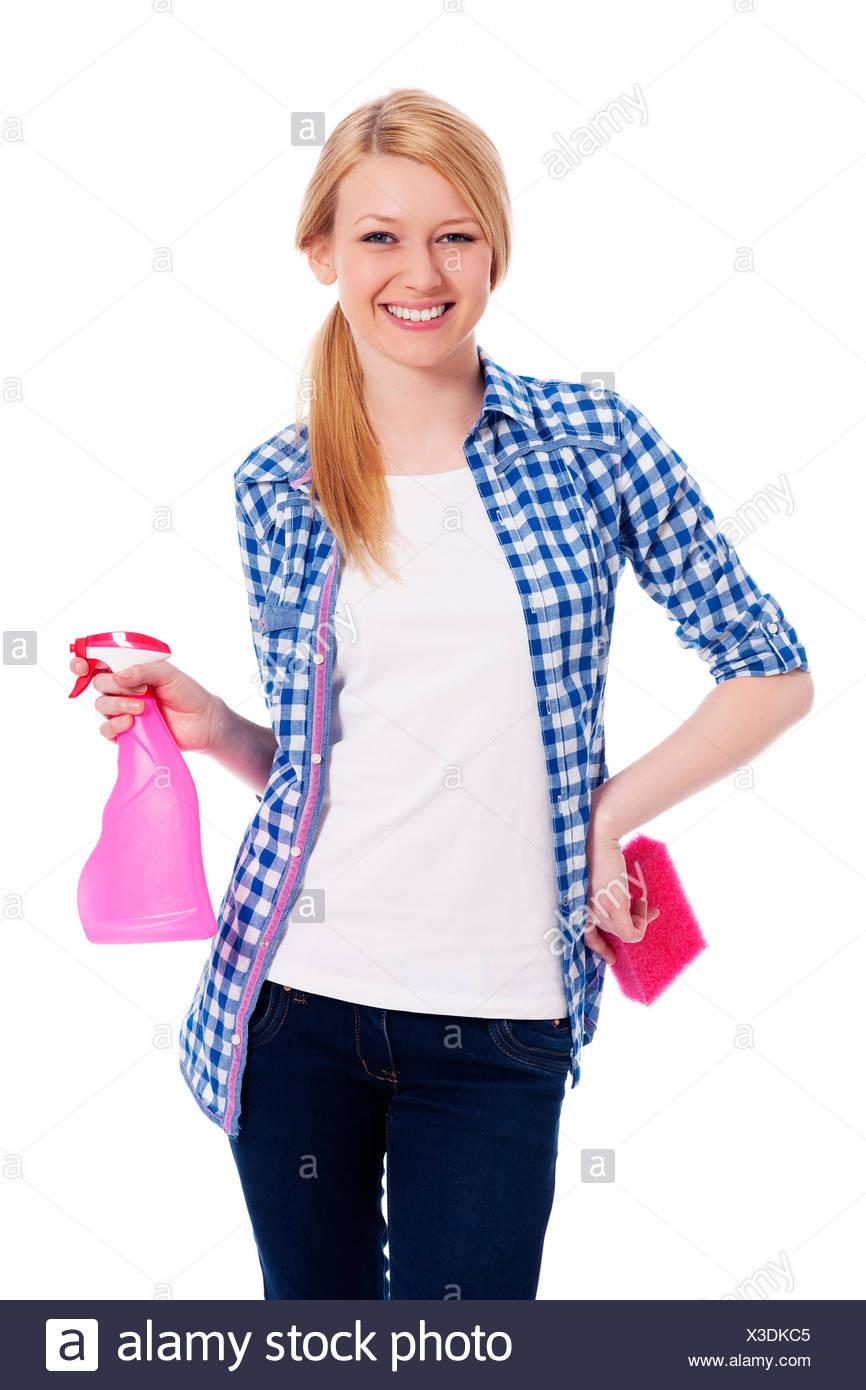 Blonde Frauen Reiniger hält einen Schwamm und Spray, Debica, Polen Stockbild