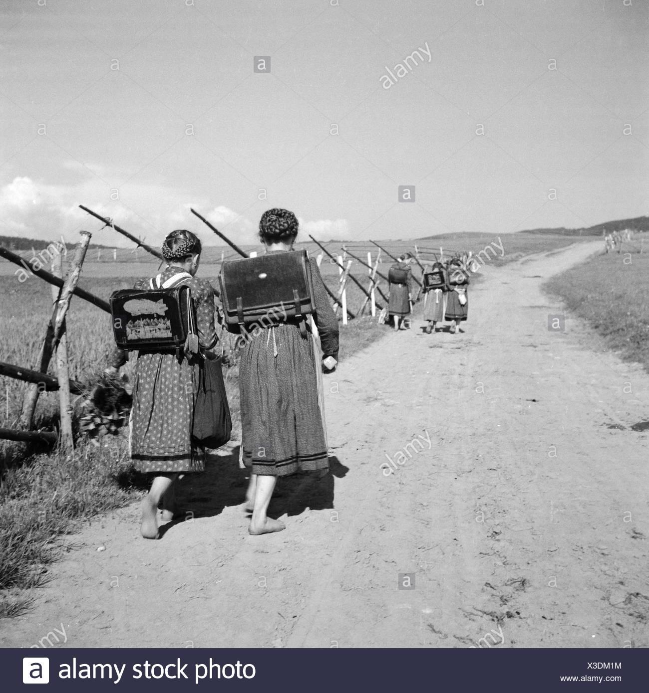 Schulkinder Im Schwarzwald, Deutschland, 1930er Jahre. Schule Kinder im Schwarzwald, Deutschland der 1930er Jahre. Stockbild