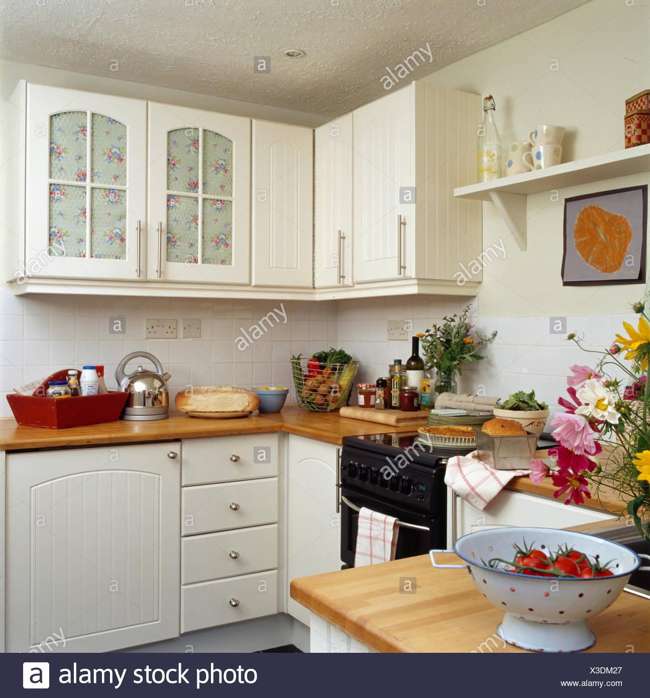 Creme in kleine Creme Cottage Küche weiße Emaille Sieb auf Halbinsel ...