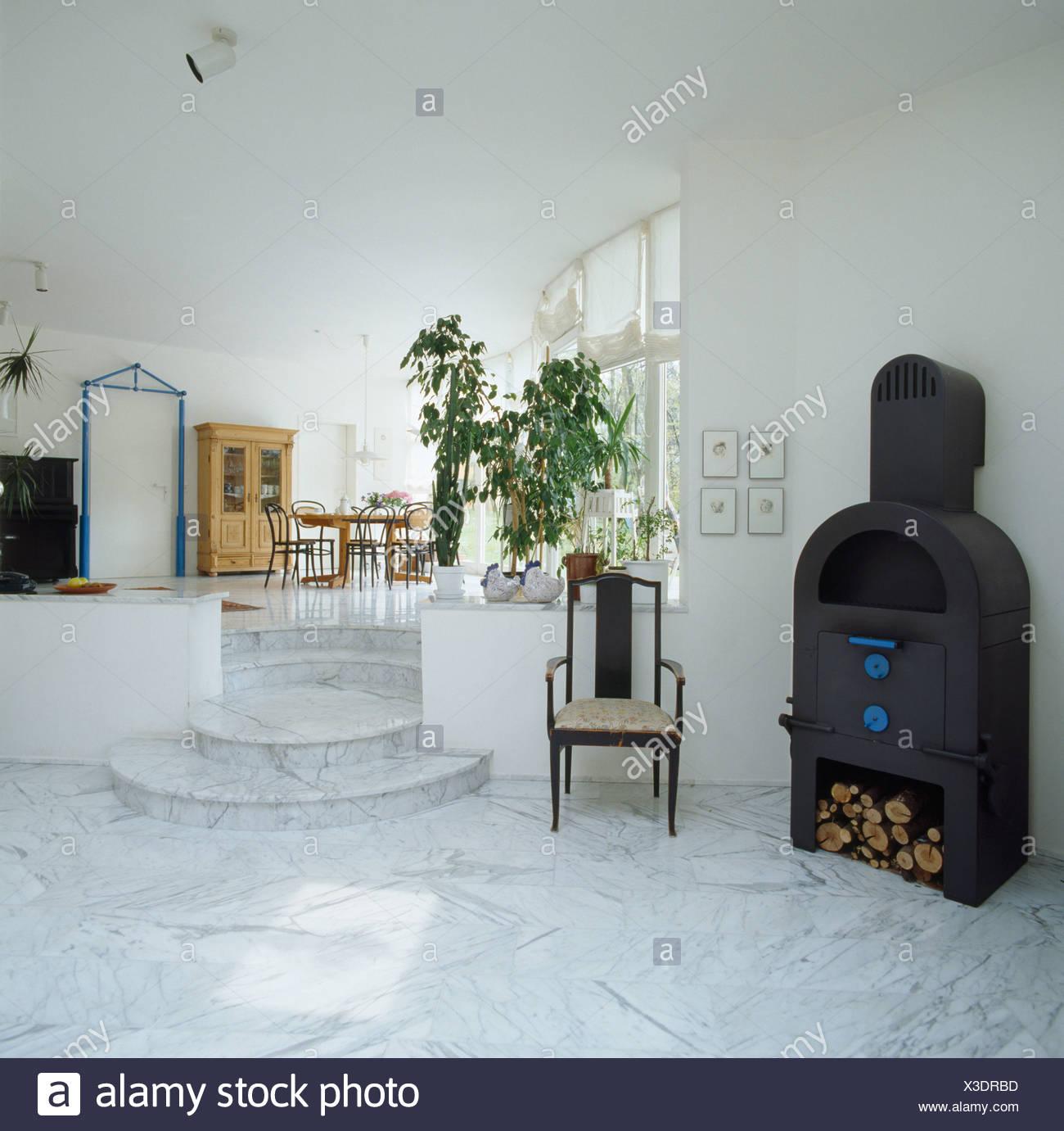 Antiker Stuhl Neben Schwarzen Gusseisen Ofen In Offene Split Level