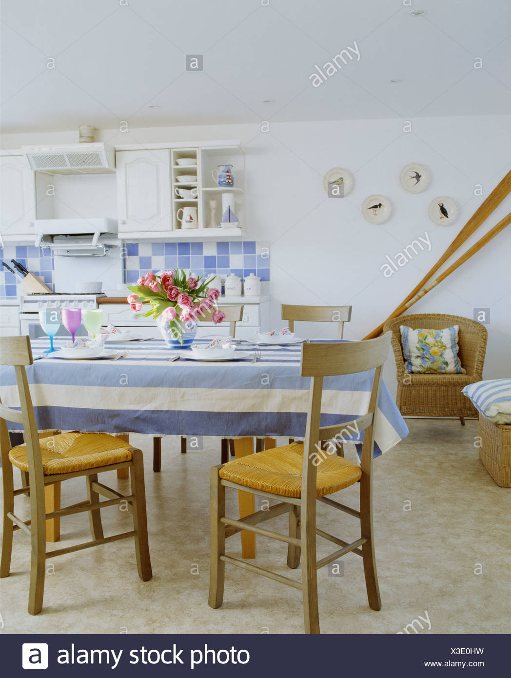 Blau weiss gestreiften tuch auf dem tisch mit stuhlen rush sitzen 18 great granitboden k che - Tisch mit stuhlen ...