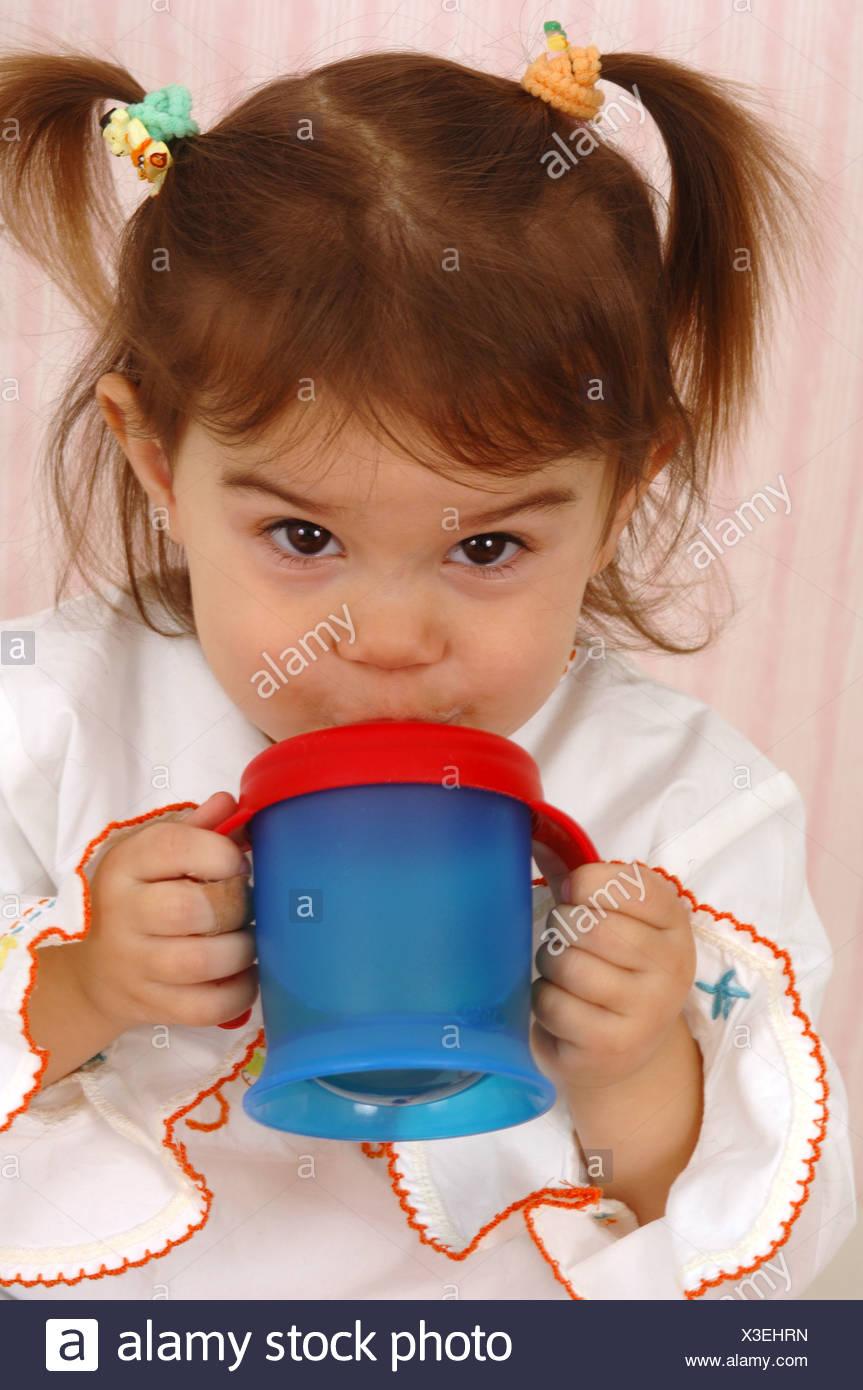 Mädchen Zöpfe Bildungs Cup Getränke Porträt Menschen Kind